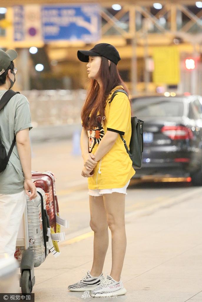 8月25日,凤凰传奇玲花现身广州白云机场,素颜现身的她头戴棒球帽