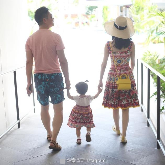 章泽天晒一家三口牵手背影 和女儿穿亲子装超有爱