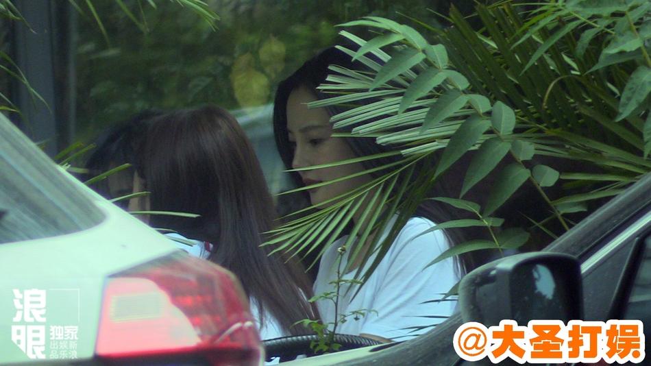 辣妈李小璐和闺蜜共享下午茶 侧颜鼻梁又高又坚挺