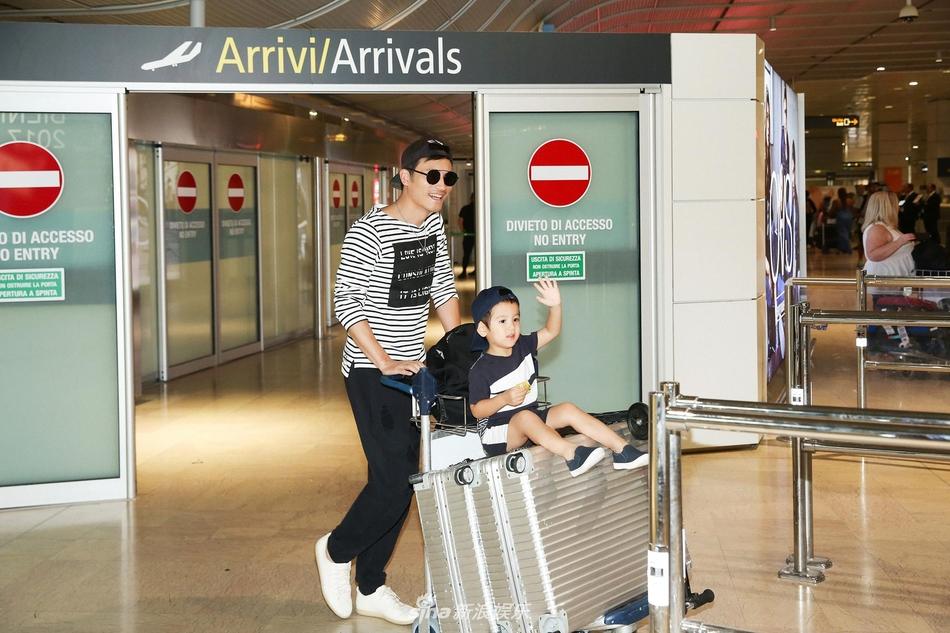 组图:耿乐抵达威尼斯机场 两岁儿子首度曝光