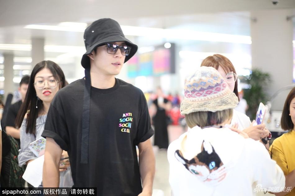 韩东君现身机场 头戴乖萌渔夫帽难掩高冷帅气