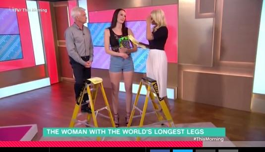 俄罗斯女模腿长133公分 主持人站梯子访问(图)