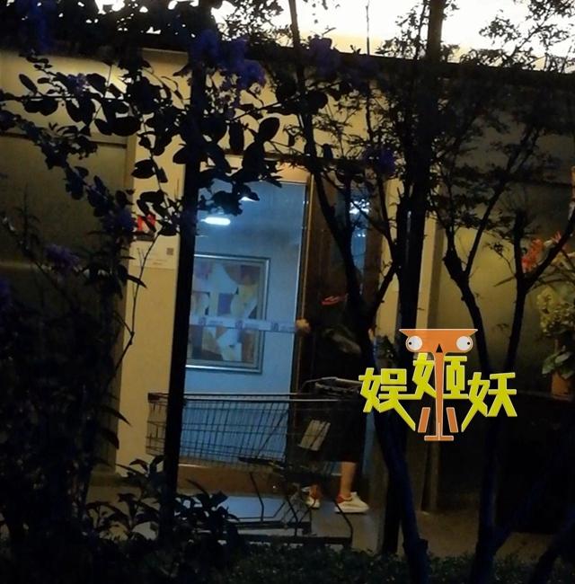 脱单了?胡歌现身北京豪宅 美女上门夜会五小时