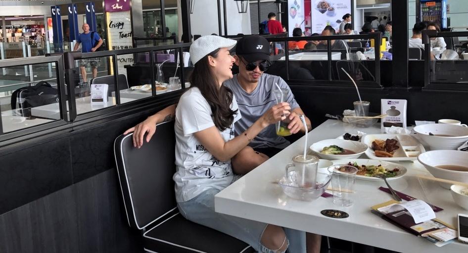 林丹谢杏芳甜蜜外出吃饭 夫妇俩恩爱如初(图)