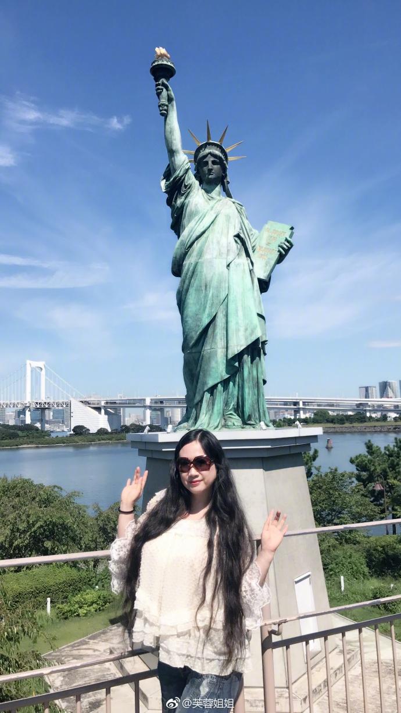 芙蓉姐姐与自由女神合影 凹造型大秀及腰长发
