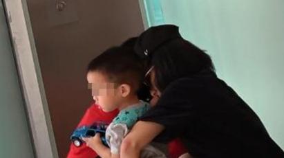 佟丽娅独自带娃好辛苦 蹲电梯口给儿子换尿裤