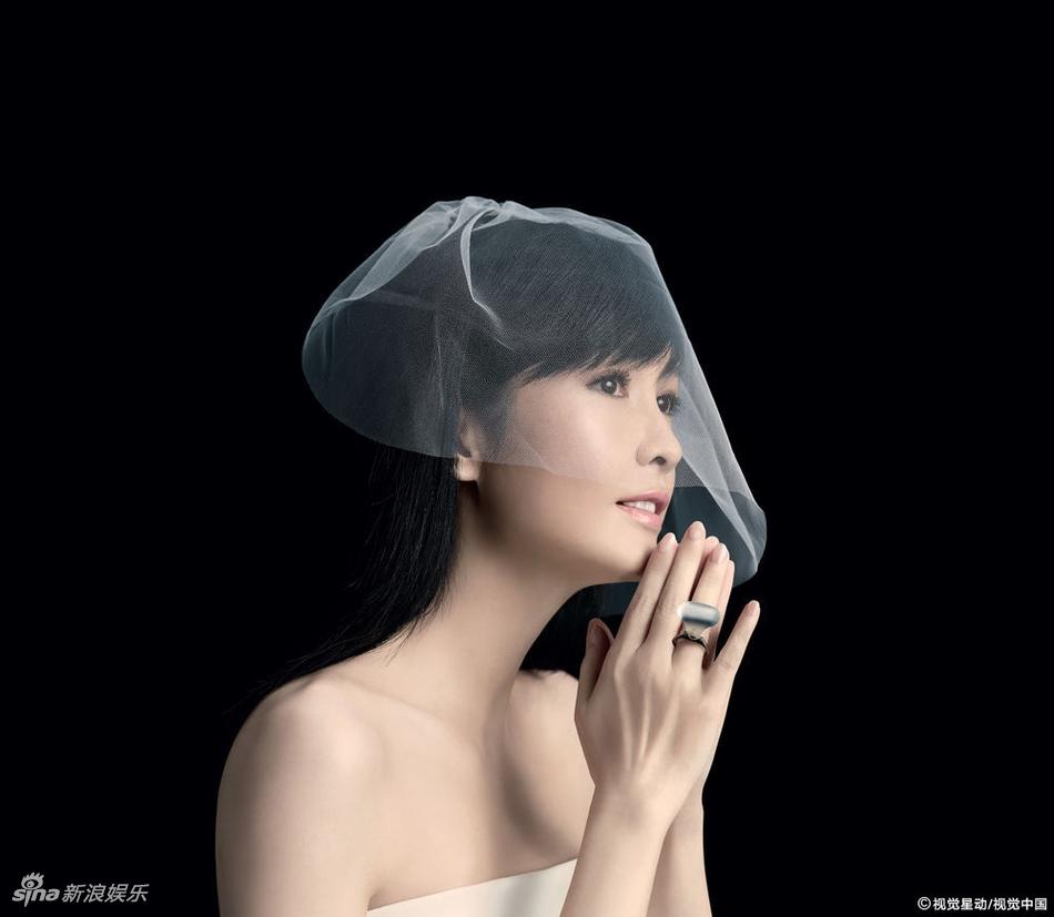 周慧敏出道30年开演唱会 披白纱露香肩变新娘