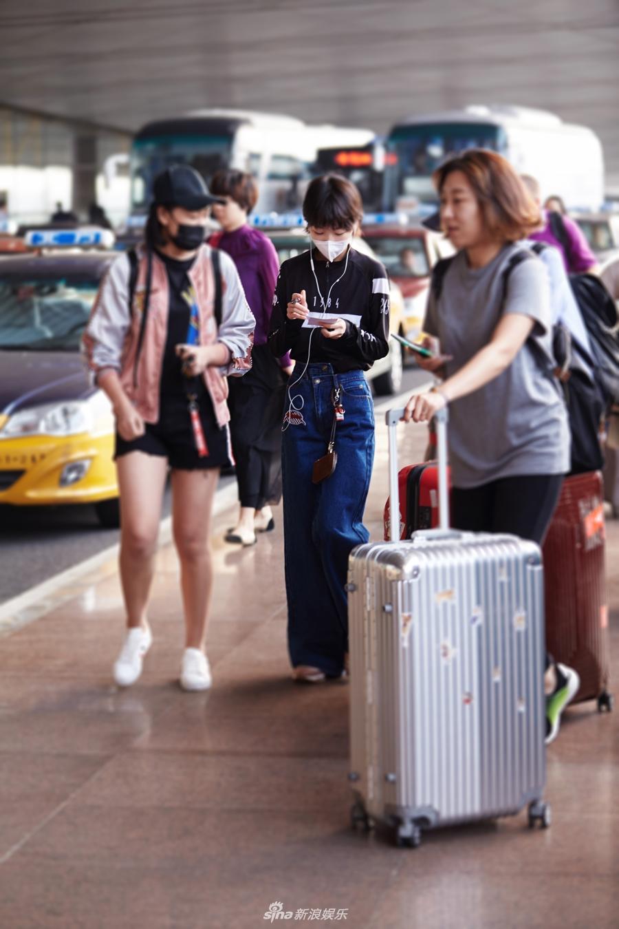 组图:周冬雨现身首都机场 大方签名心情甚好