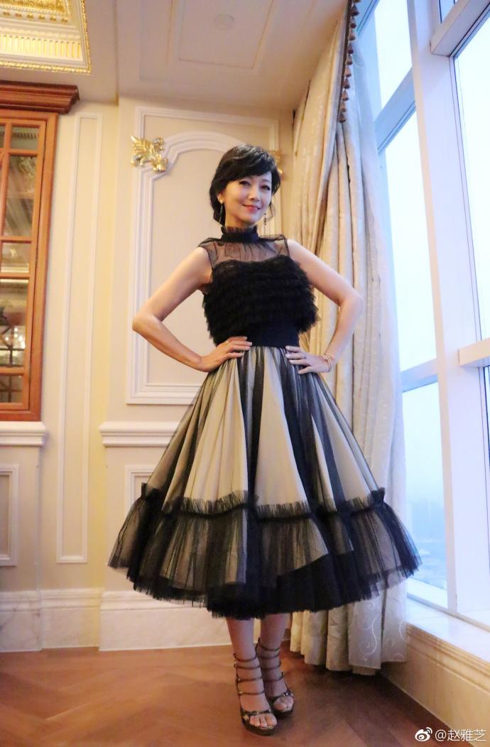 63岁赵雅芝黑色长裙气质优雅 对镜头眼神撩人