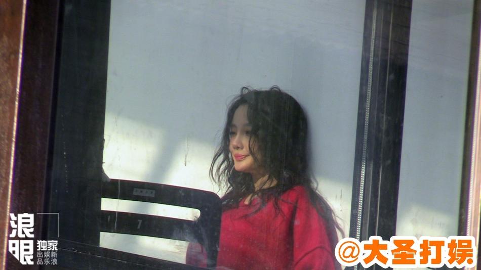组图:李小璐凌乱秀发拍时尚大片 造型十分妩媚撩人