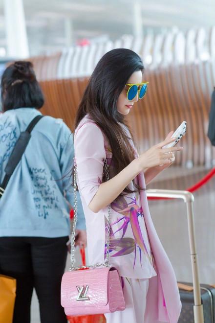 范冰冰造型飘逸现身机场 童趣手机壳亮了(图)