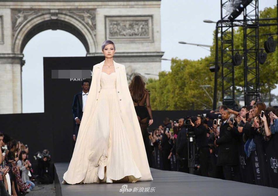 李宇春百褶长裙巴黎时装周走秀 诠释高贵优雅