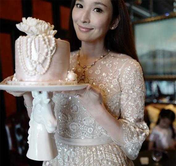 吴佩慈喜迎39岁生日 珠光宝气阔太范儿十足