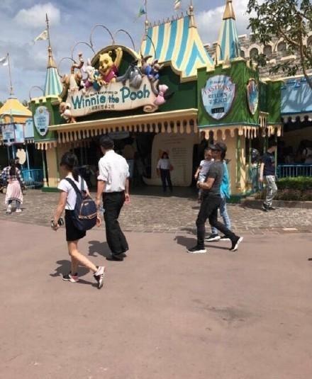 组图:汪峰章子怡带女儿游迪士尼 一家三口轻松低调