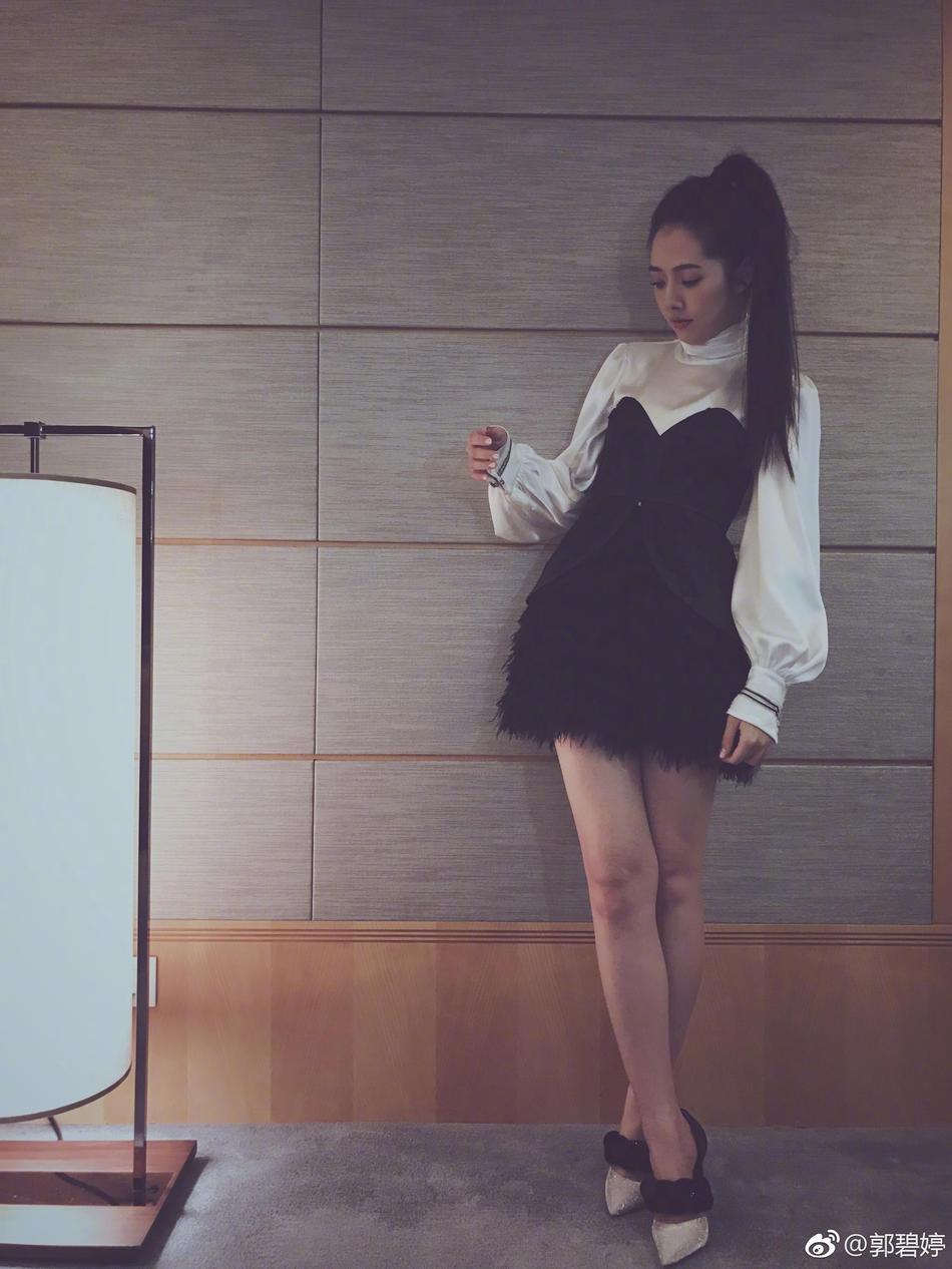 郭碧婷穿超短裙秀逆天长腿 玉背出镜性感撩人