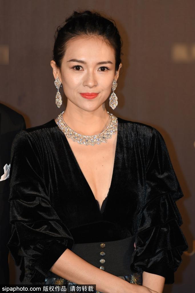 章子怡现身时尚活动妆容精致华贵强气场吸睛