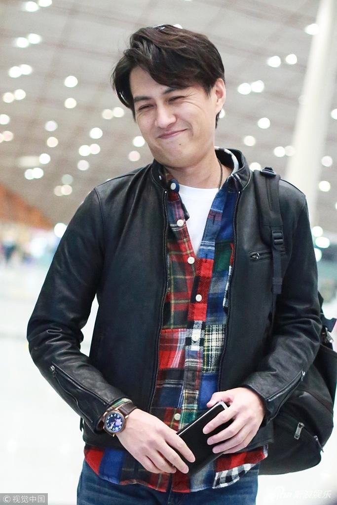 靳东型男范儿现身与粉丝挥手抿嘴笑不惧皱纹