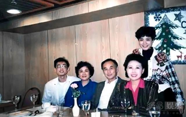 王菲早年家庭合照曝光 开心与父母哥哥聚餐