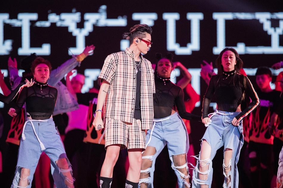 吴亦凡出席活动连唱三首歌 嘻哈装扮帅气十足