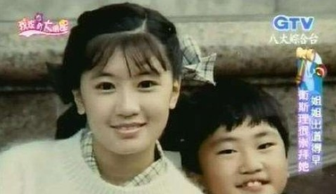 从小就美!贾静雯童年照小圆脸浓毛大眼超清秀