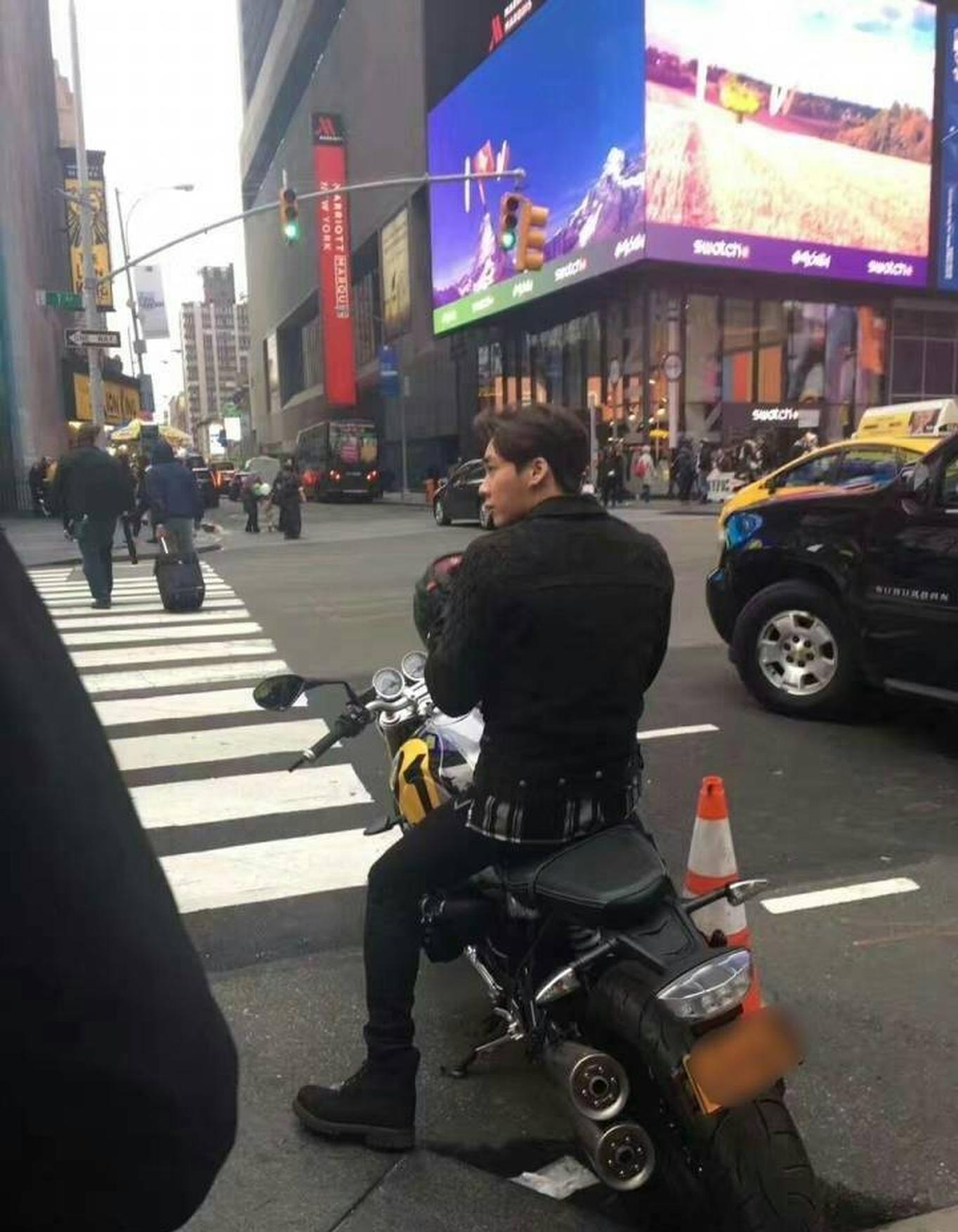 李易峰黑衣酷帅现纽约街头 骑摩托车引粉丝尖叫