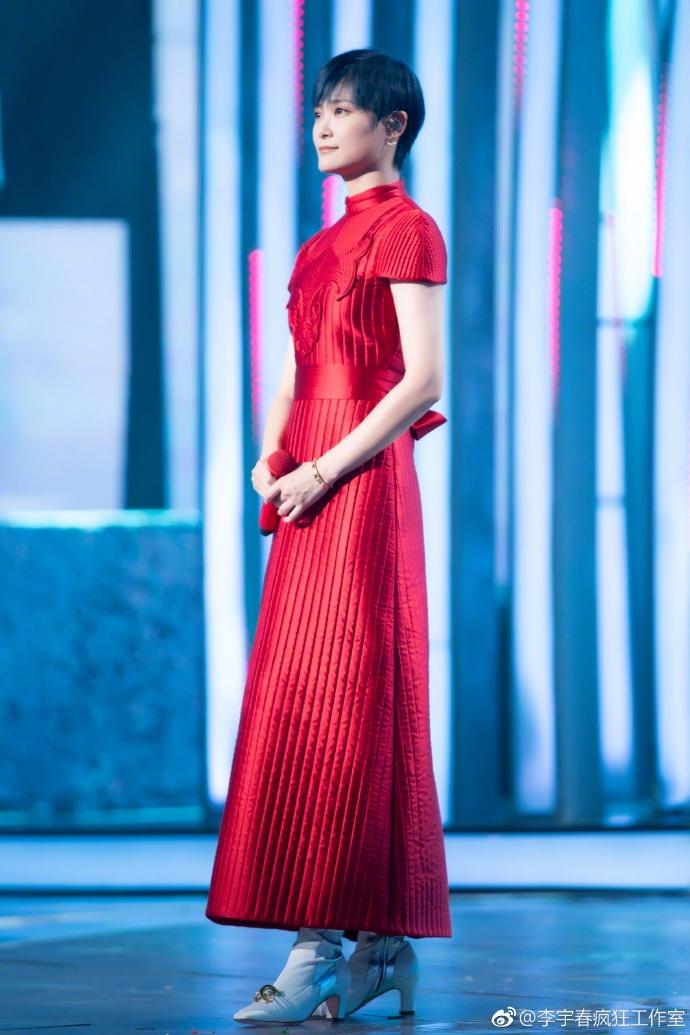 李宇春穿红色身材尽显好文艺拉旗袍二胡a红色小视扎频古力娜图片