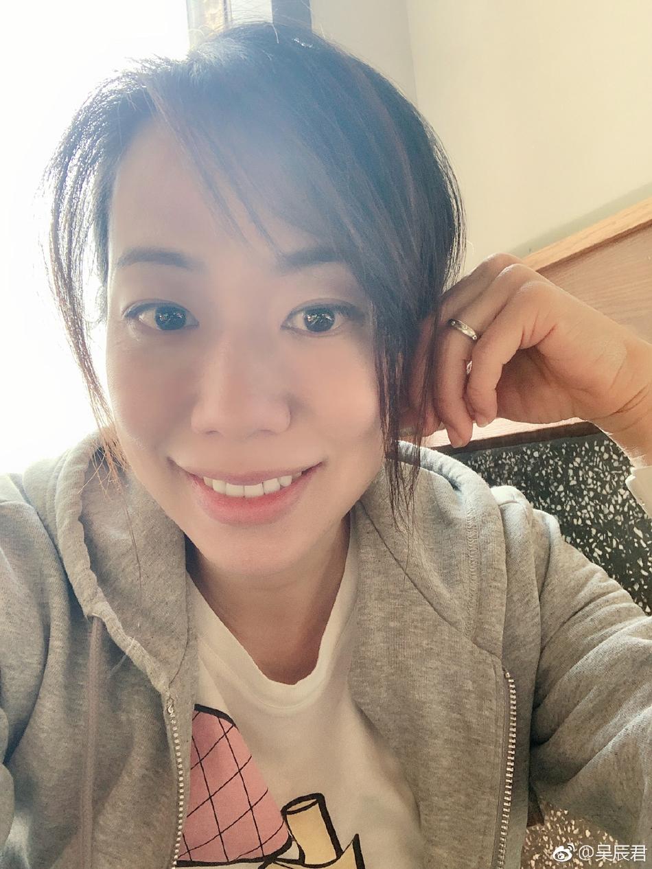 昆凌照片还非谁人孔慈!41岁吴辰君晒自拍 小眼娇俏皮肤