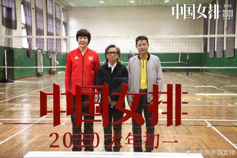 巩俐现身中国女排训练现场 沉思做笔记有教练风范图片 76143 800x533