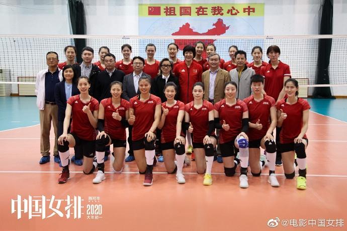 巩俐现身中国女排训练现场 沉思做笔记有教练风范图片 62003 690x460