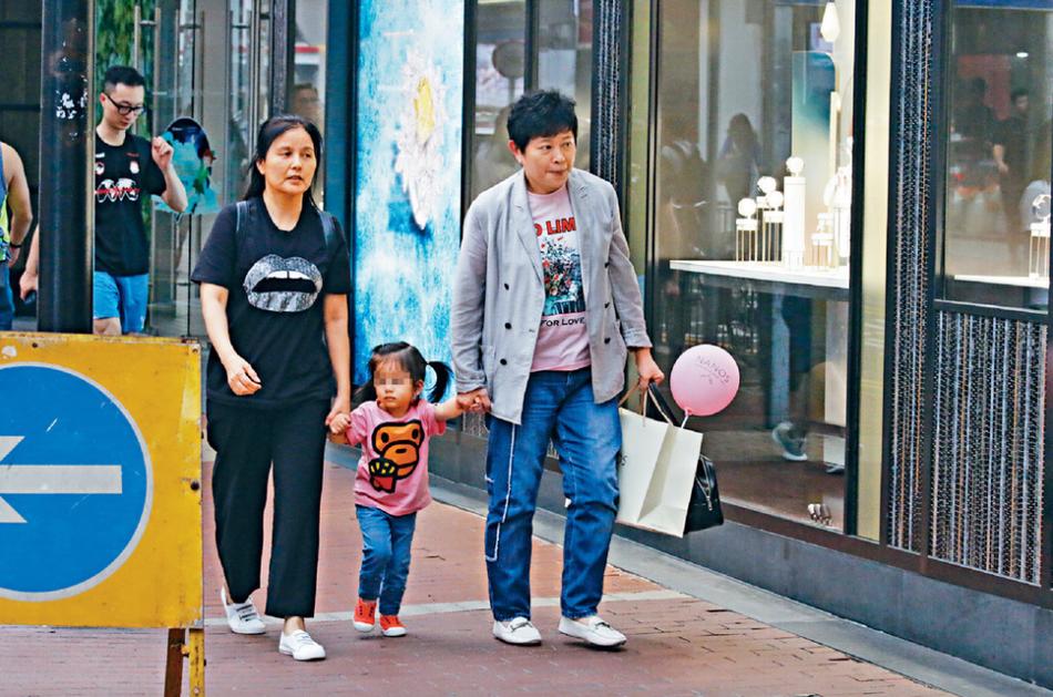 有媒体拍到郭富城经纪人和岳母皇冠娱乐平台下载带着郭富城方媛爱女Chantelle逛街的画面