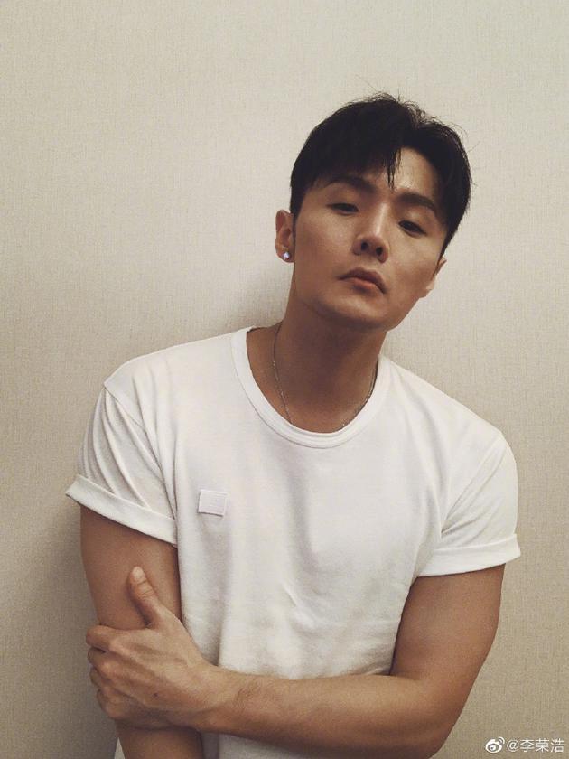 >  新闻中心 娱乐 > > 正文   新浪娱乐讯 9月22日,李荣浩在微博晒出