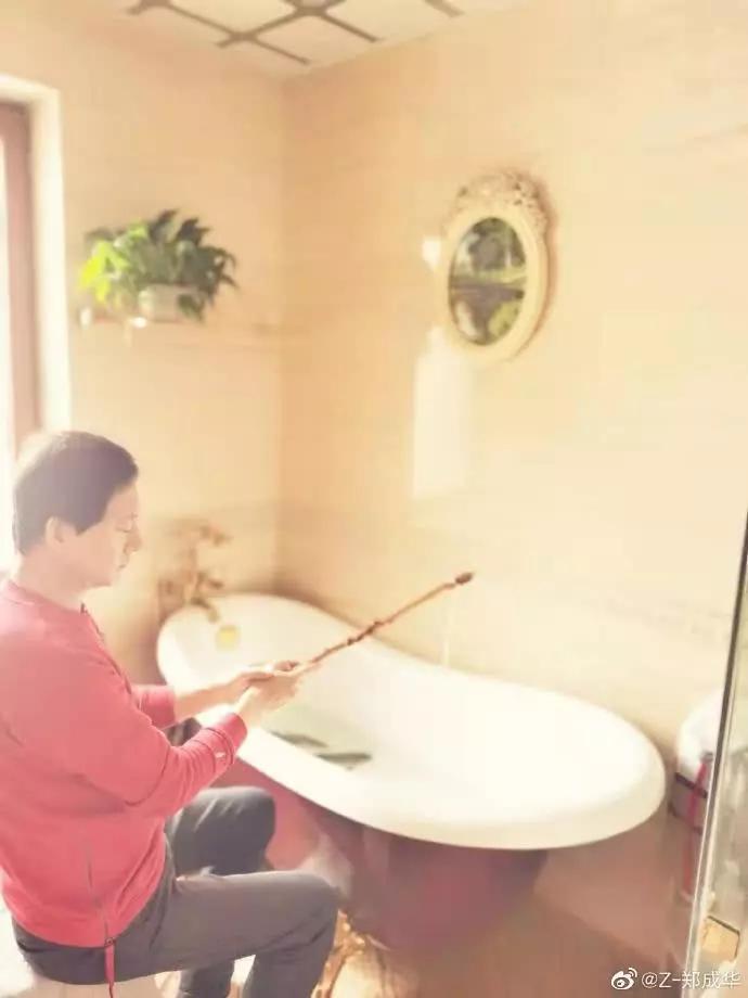 郑爽爸爸在家用浴缸