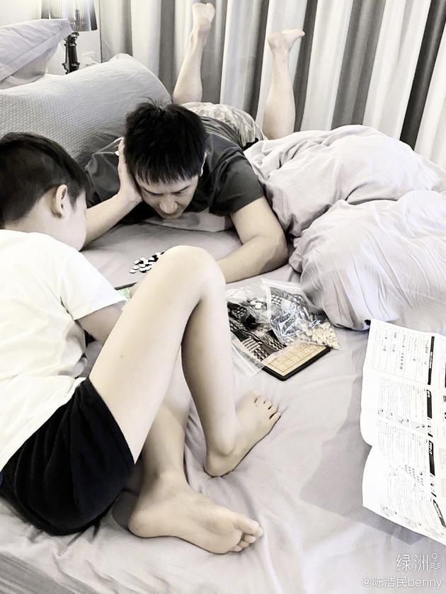 陈浩民与儿子下棋斗