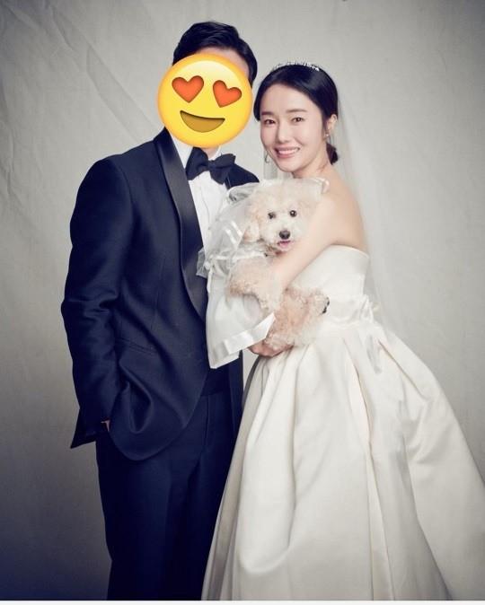 李贞贤庆结婚一周年