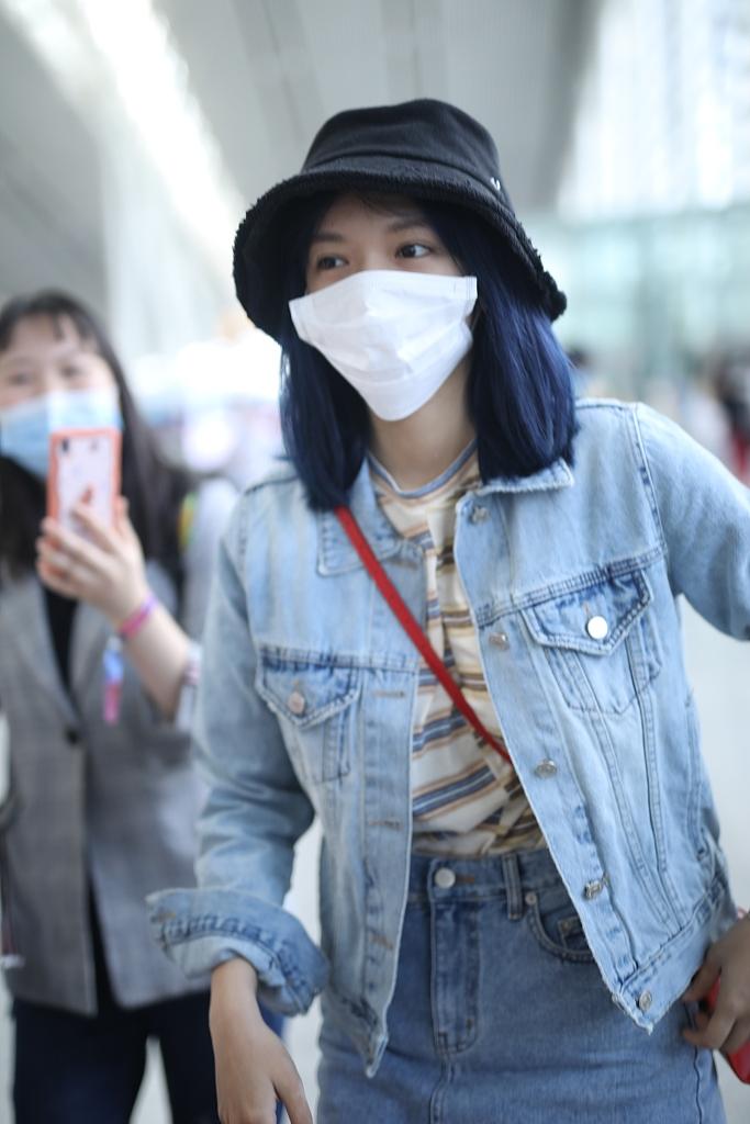 萧潇_程潇素颜现身机场眉眼清秀 染蓝发穿牛仔裙大秀美腿 - 青岛新闻网