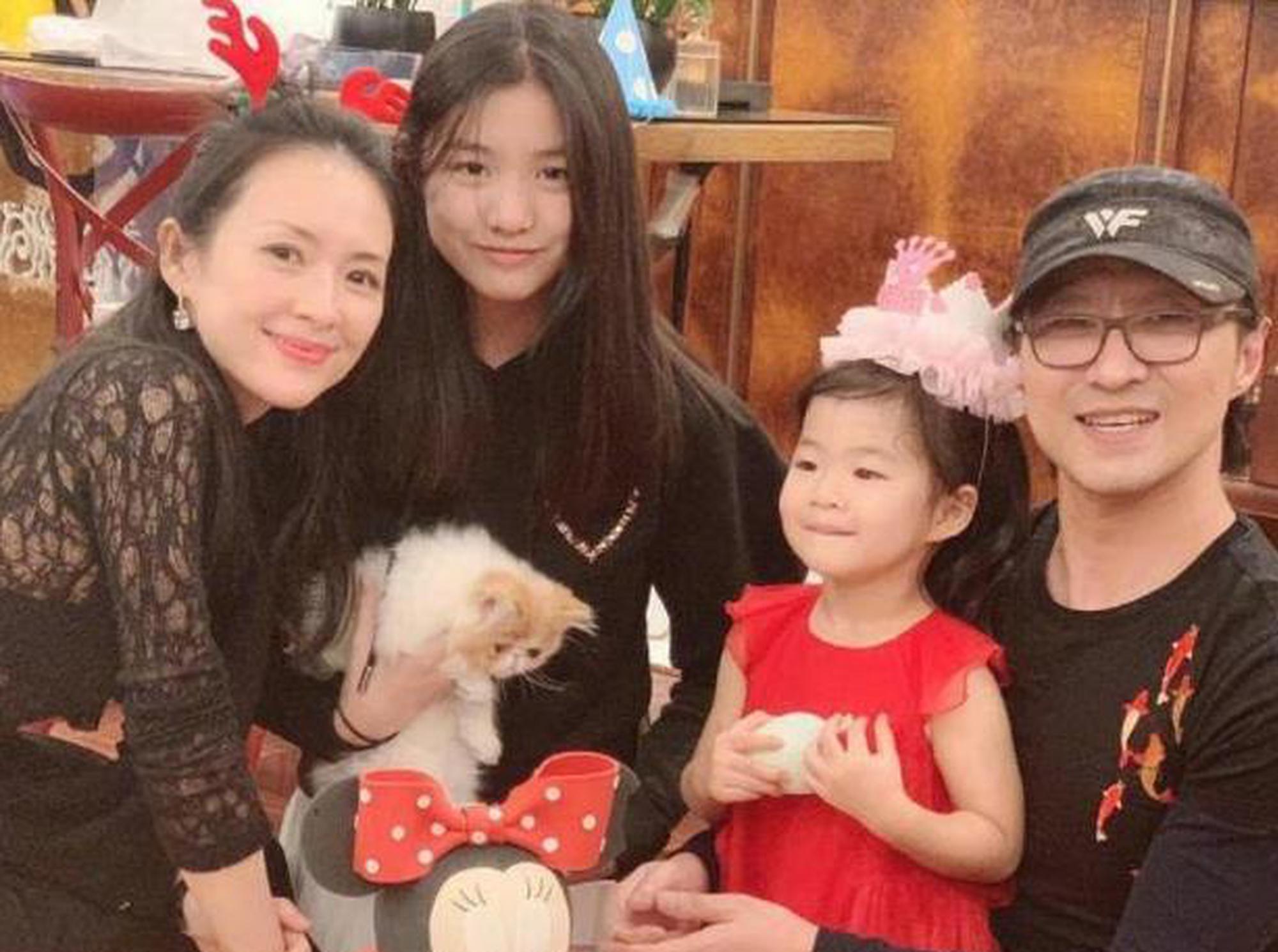 王峰和女儿一起弹钢琴,玩恶作剧