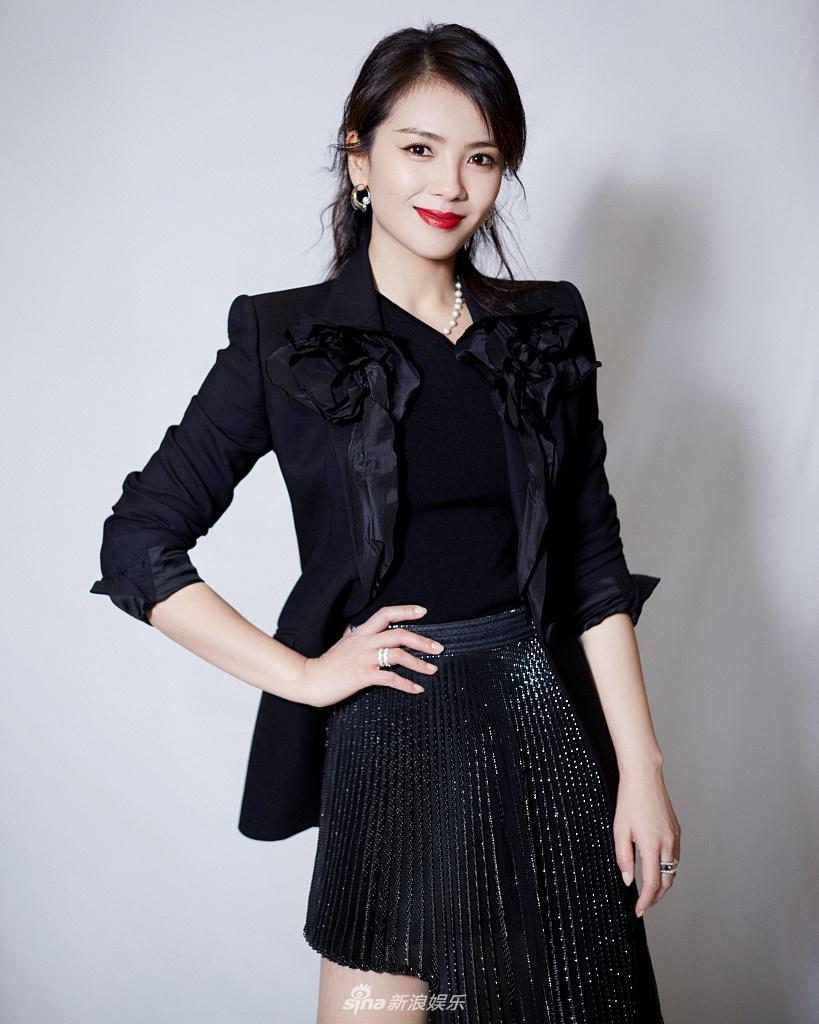刘涛穿着西装,穿着长裙,用微笑