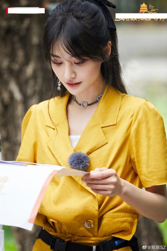郑爽分享六宫格美照穿明黄连衣裙秀纤纤玉臂温婉可人