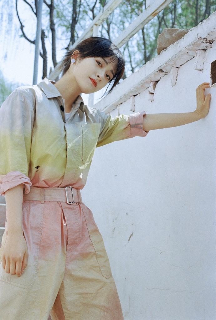 沈月穿渐变色连体裤造型清新 化身油画女孩甜美有活力