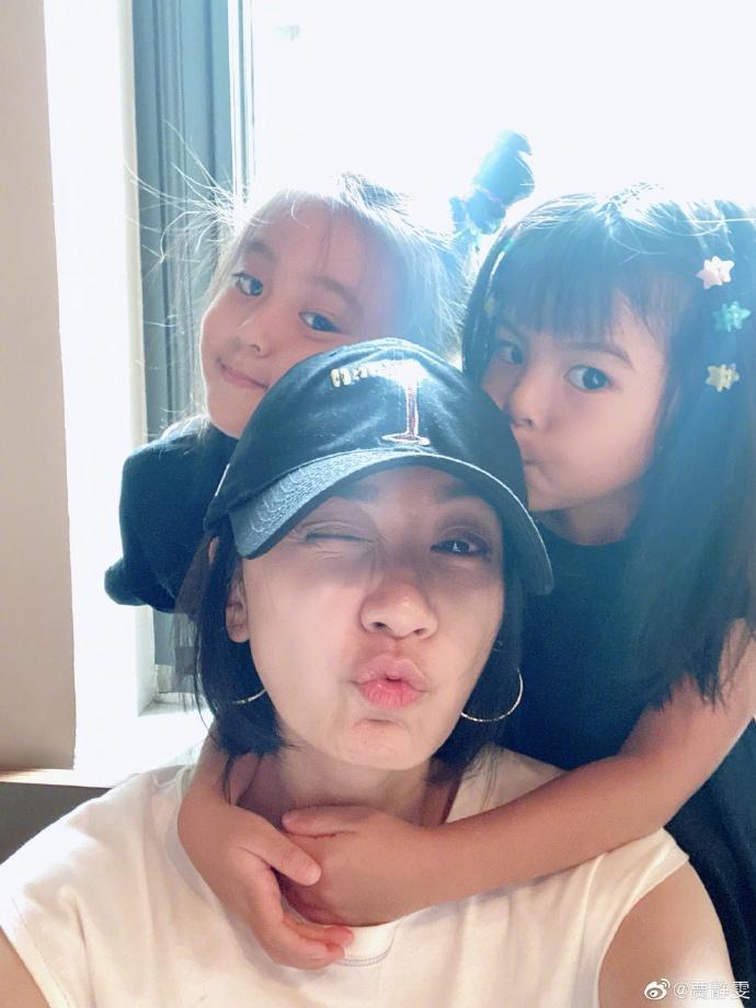 贾静雯晒与两女儿自拍照 波妞换牙门牙缺一颗呆萌可爱
