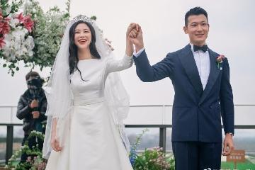 朱珠晒婚礼现场照 穿婚纱牵手老公幸福十足
