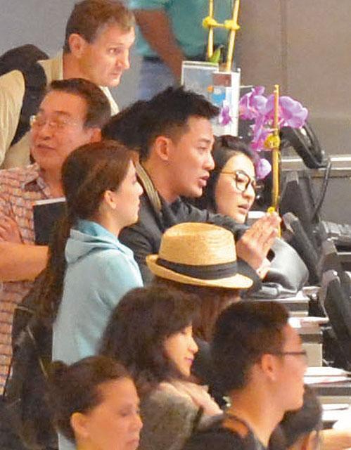 林峰对同行的林夏薇和发型师同样照顾周到,亲自为众人代办登机手续图片