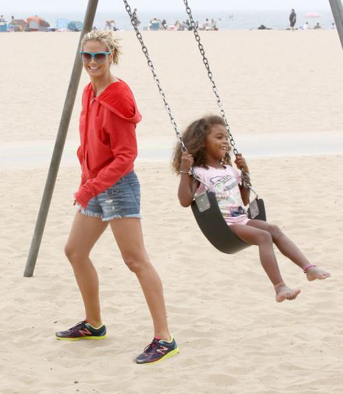 8月24日,海蒂克鲁姆和保镖男友带孩子们在沙滩玩耍