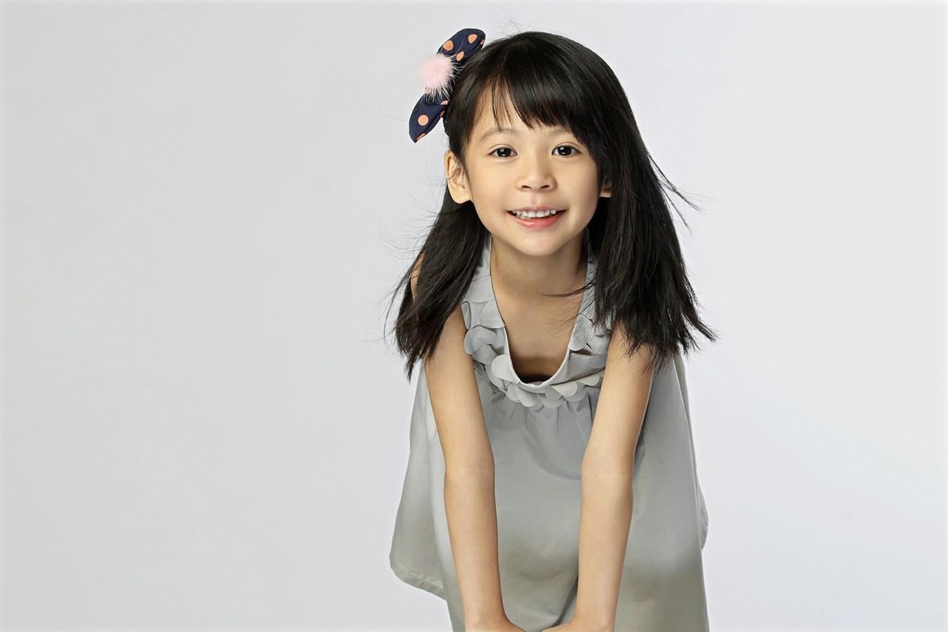 翁虹晒女儿水晶六岁萌照 可爱萝莉范儿(组图)