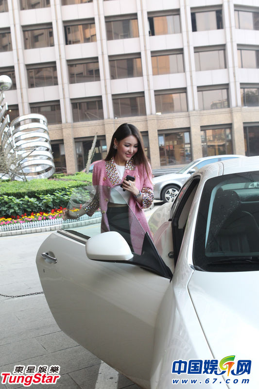 郭美美驾玛莎拉蒂高调亮相高清图片