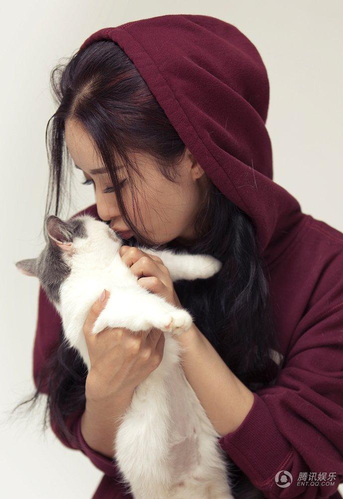 人气小花旦赵丽颖拍摄的一组宠物情缘杂志