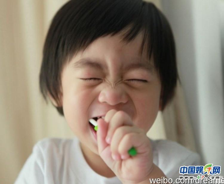 林志颖儿子kimi名字_林志颖儿籽Kimi成长纪录 和妈妈啃饼干(组图)