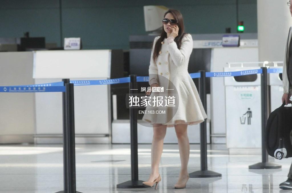 伊能静机场煲电话粥 白色外套显清纯(组图) - 青岛