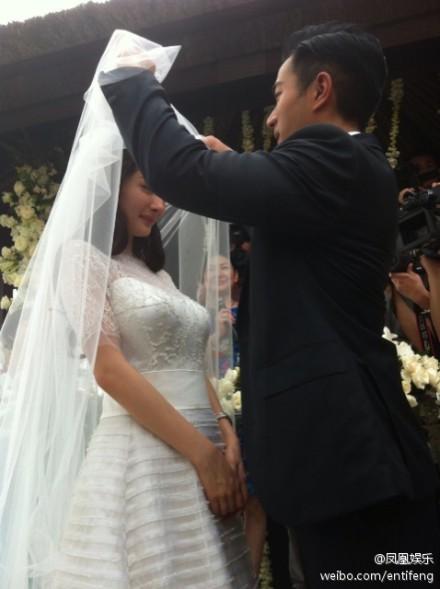 新郎新娘热吻-杨幂刘恺威婚礼花千万 婚纱首饰900万 图
