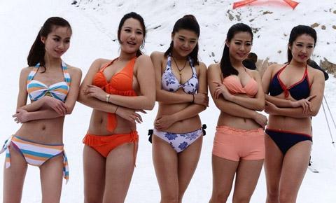 青岛滑雪场惊现比基尼